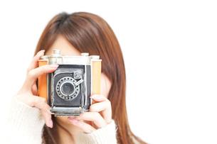カメラを持つ女性の写真素材 [FYI04658024]