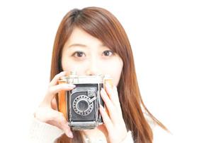 カメラを持つ女性の写真素材 [FYI04658030]