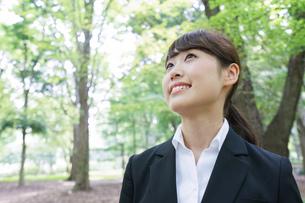 スーツを着て笑うビジネスウーマンの写真素材 [FYI04658111]