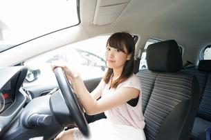 車を運転する若い日本人女性の写真素材 [FYI04658142]