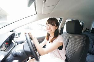 車を運転する若い日本人女性の写真素材 [FYI04658143]