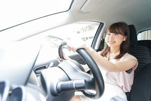 車を運転する若い日本人女性の写真素材 [FYI04658152]