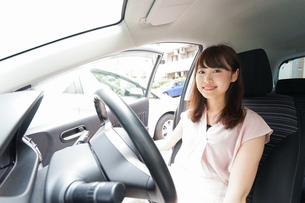車を運転する若い日本人女性の写真素材 [FYI04658153]