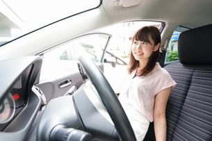 車を運転する若い日本人女性の写真素材 [FYI04658154]