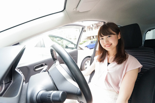 車を運転する若い日本人女性の写真素材 [FYI04658155]