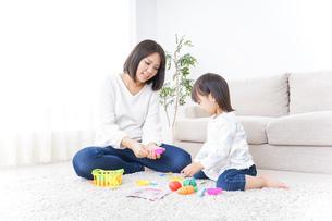 子供 おもちゃ 遊びの写真素材 [FYI04658210]