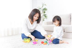 子供 おもちゃ 遊びの写真素材 [FYI04658212]