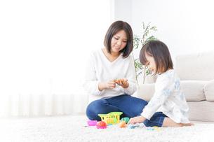 子供 おもちゃ 遊びの写真素材 [FYI04658215]