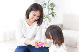 子供 おもちゃ 遊びの写真素材 [FYI04658219]