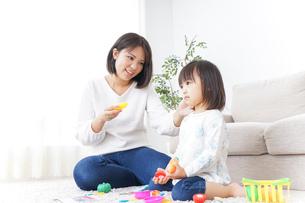 子供 おもちゃ 遊びの写真素材 [FYI04658222]