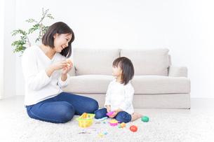 子供 おもちゃ 遊びの写真素材 [FYI04658224]