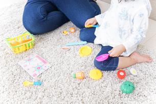 子供 おもちゃ 遊びの写真素材 [FYI04658225]