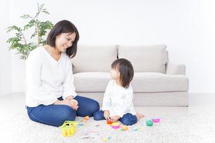 子供 おもちゃ 遊びの写真素材 [FYI04658226]