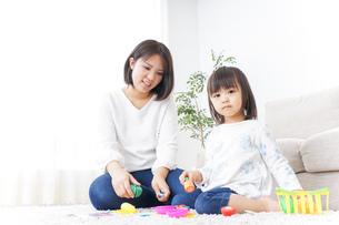 子供 おもちゃ 遊びの写真素材 [FYI04658228]