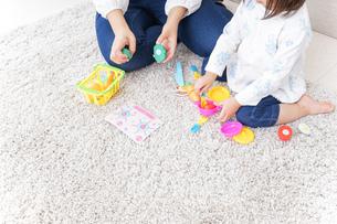 子供 おもちゃ 遊びの写真素材 [FYI04658229]
