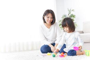 子供 おもちゃ 遊びの写真素材 [FYI04658231]