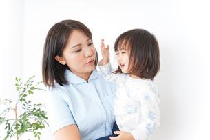 病院 子ども 診察の写真素材 [FYI04658266]