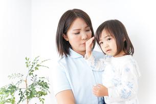病院 子ども 診察の写真素材 [FYI04658268]