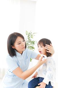 病院 子ども 診察の写真素材 [FYI04658271]