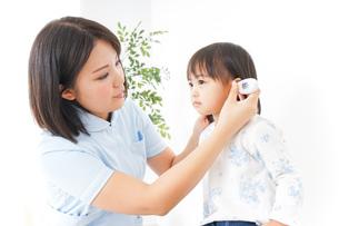 病院 子ども 診察の写真素材 [FYI04658272]