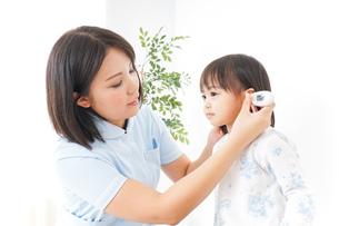 病院 子ども 診察の写真素材 [FYI04658273]