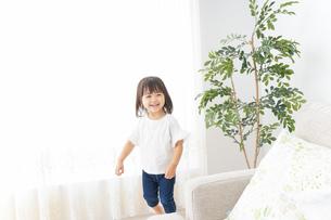 部屋で遊ぶ子どもの写真素材 [FYI04658284]