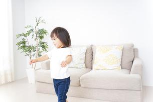 部屋で遊ぶ子どもの写真素材 [FYI04658290]