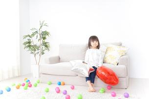 部屋で遊ぶ子どもの写真素材 [FYI04658297]