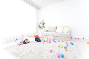 部屋で遊ぶ子どもの写真素材 [FYI04658306]