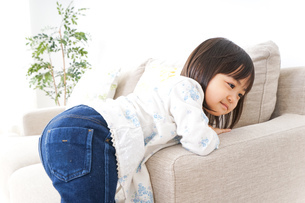 部屋で遊ぶ子どもの写真素材 [FYI04658312]
