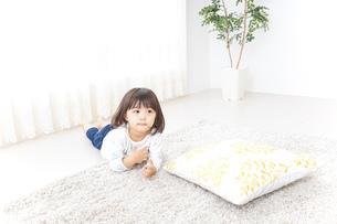 部屋で遊ぶ子どもの写真素材 [FYI04658314]