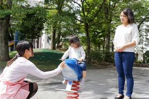 幼稚園に行く子供の写真素材 [FYI04658347]