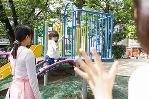 幼稚園に行く子供の写真素材 [FYI04658357]