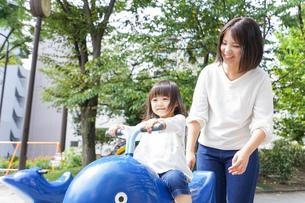 屋外で遊ぶ子供の写真素材 [FYI04658358]