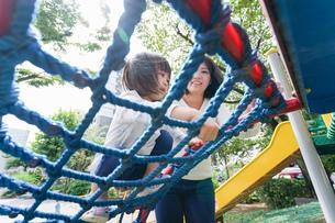 屋外で遊ぶ子供の写真素材 [FYI04658359]