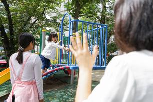 幼稚園に行く子供の写真素材 [FYI04658364]