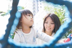 屋外で遊ぶ子供の写真素材 [FYI04658370]