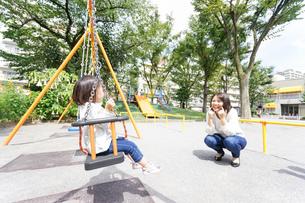 屋外で遊ぶ子供の写真素材 [FYI04658382]