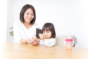 スマホを使う子どもの写真素材 [FYI04658392]