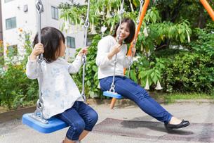 屋外で遊ぶ子供の写真素材 [FYI04658394]