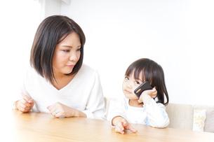 スマホを使う子どもの写真素材 [FYI04658399]