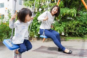 屋外で遊ぶ子供の写真素材 [FYI04658400]