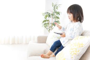 スマホを使う子どもの写真素材 [FYI04658407]