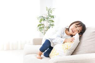 スマホを使う子どもの写真素材 [FYI04658409]