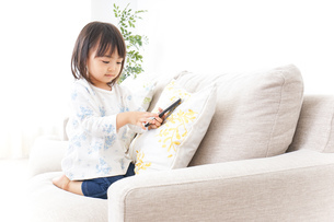 スマホを使う子どもの写真素材 [FYI04658410]