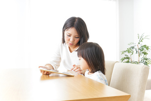 スマホを使う子どもの写真素材 [FYI04658412]