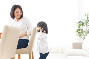 スマホを使う子どもの写真素材 [FYI04658413]