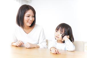 スマホを使う子どもの写真素材 [FYI04658416]