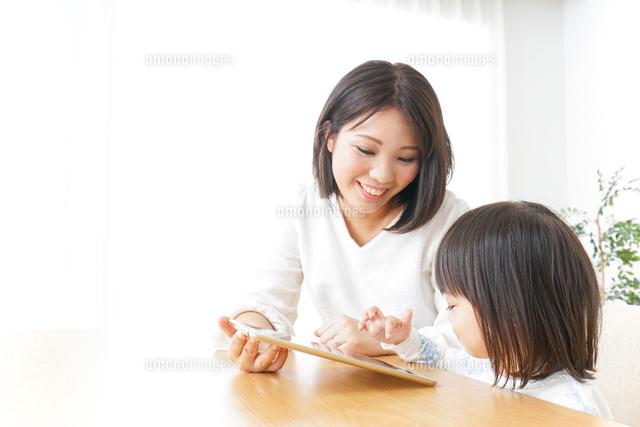 スマホを使う子どもの写真素材 [FYI04658417]