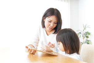 スマホを使う子どもの写真素材 [FYI04658418]